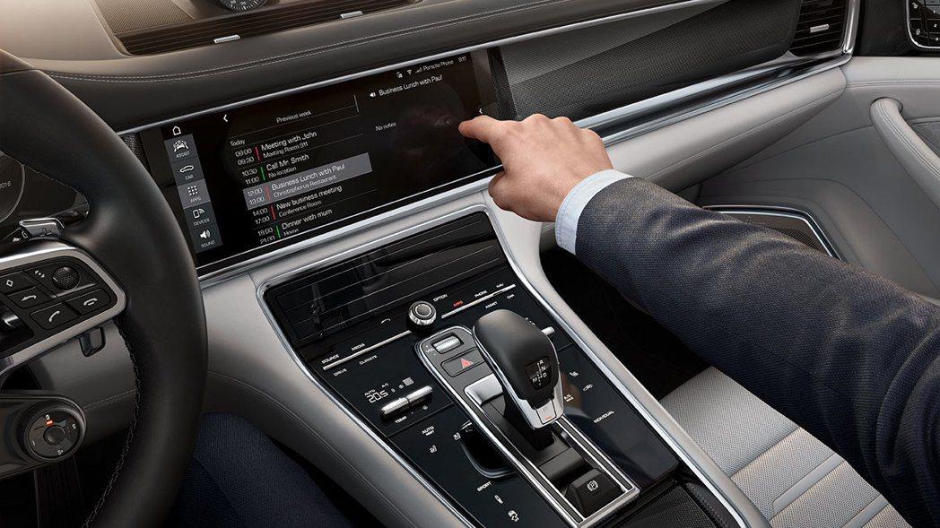 全新Panamera配備類似智慧型手機的操作介面及可個人化設定的LED螢幕。 圖/Porsche提供