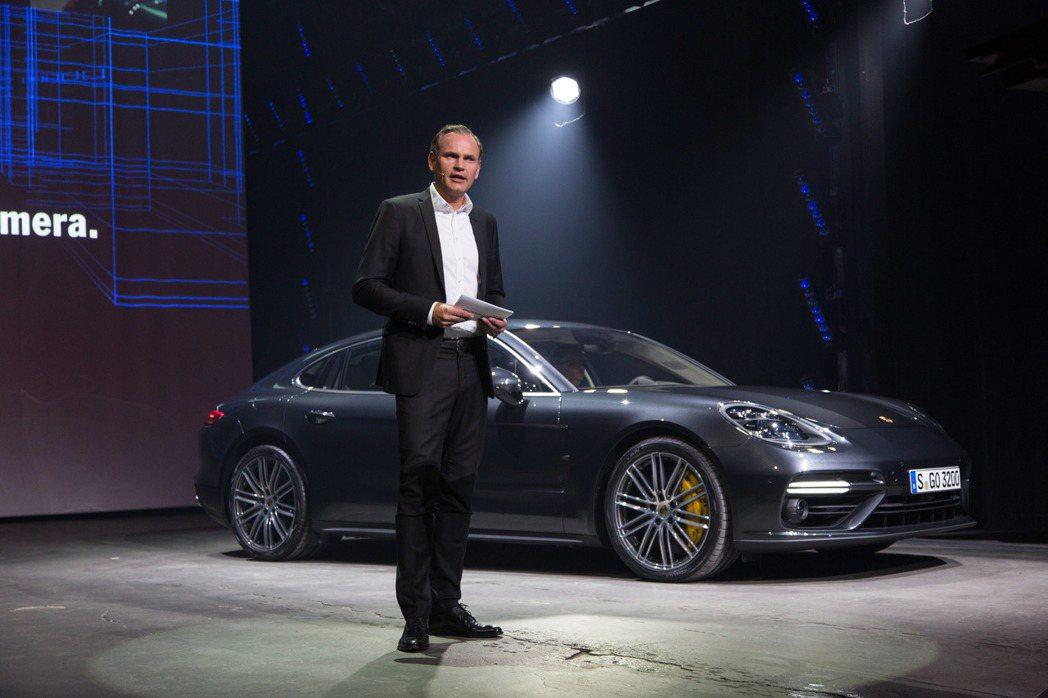 保時捷全球執行董事會主席Oliver Blume與新一代的Panamera。 圖/Porsche提供