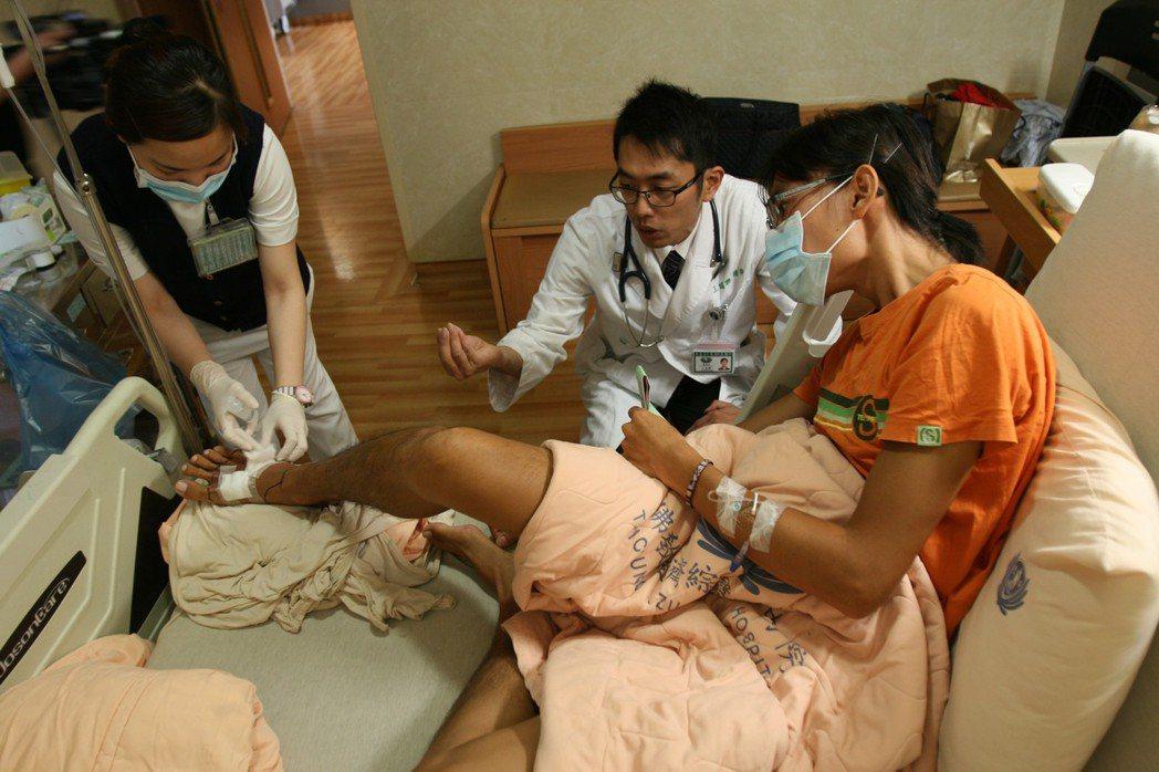 劉先生(右)到泰國潛水腳踝不慎受傷,返國後傷口處形成蜂窩性組織炎,經台中慈濟醫院...