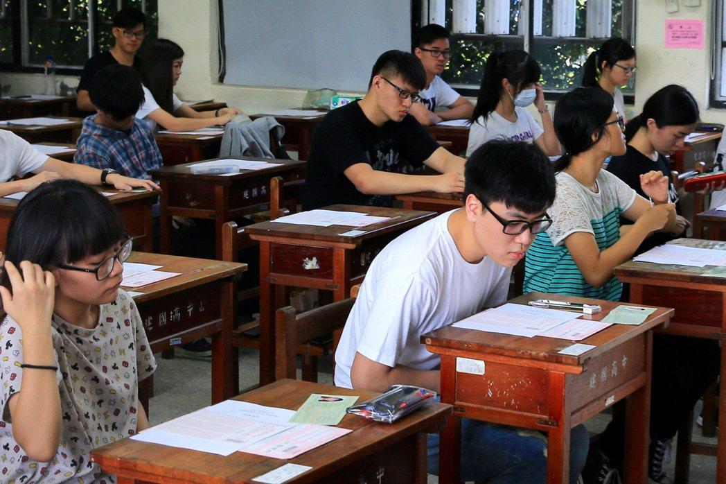 大學指考考生一早就先到考場K書。 聯合報系資料照/記者林伯東攝影