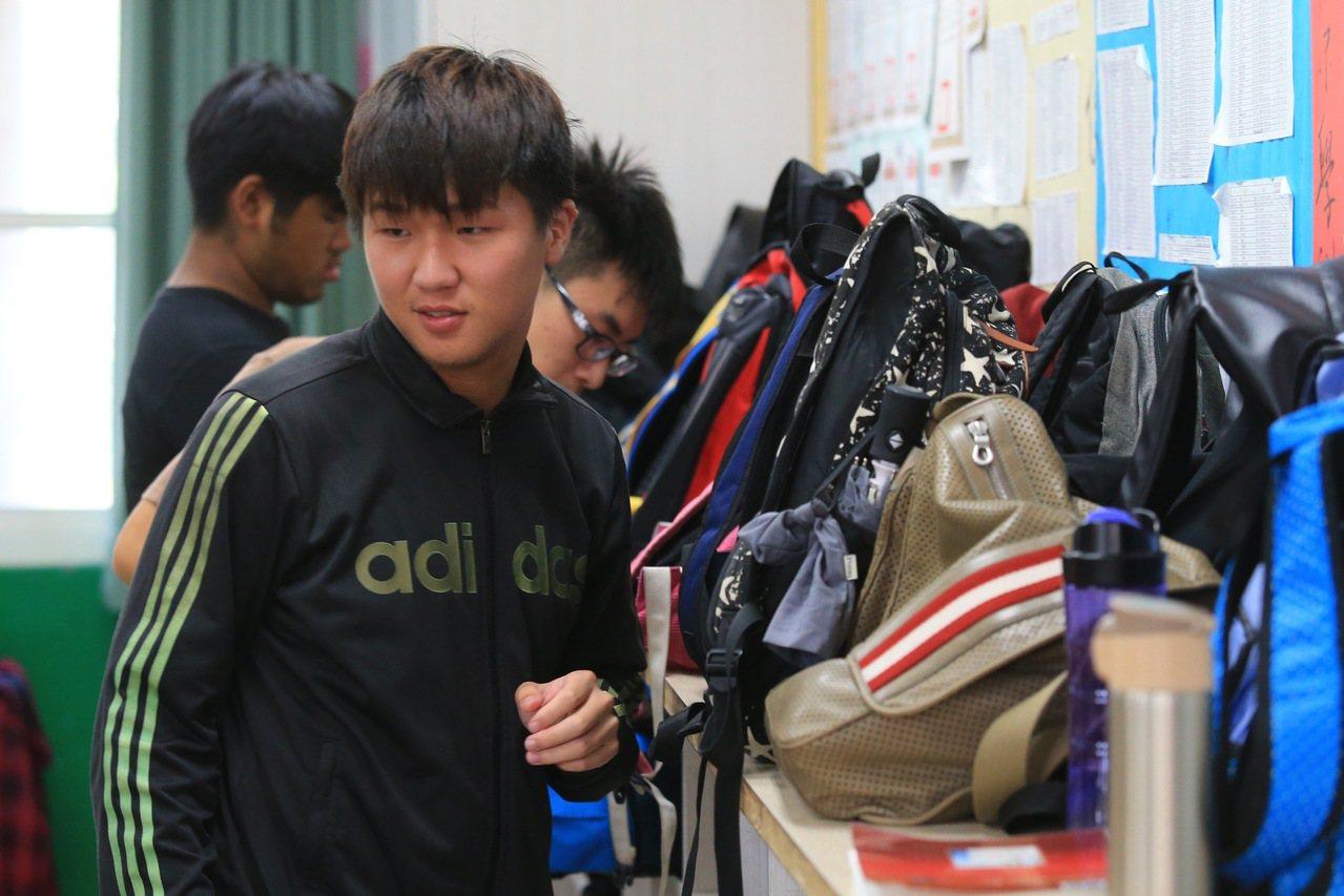 大學指考考生們將隨身背包放置於試場後面。 聯合報系資料照/記者林伯東攝影