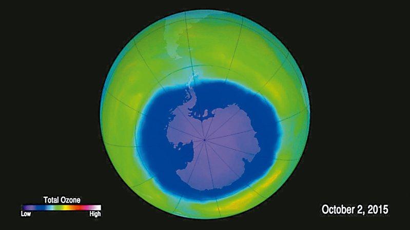 科學家掌握明確證據,顯示南極上空臭氧層破洞已開始逐漸修復。圖為2015年10月的臭氧層破洞面積,藍、綠色分別代表臭氧層薄、厚。 圖/美國太空總署提供