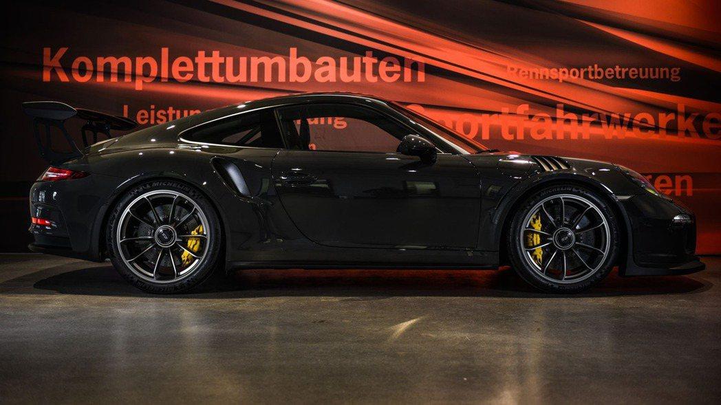 車身大量採用碳纖維材質除了可增加視覺效果外,加上碳纖維高硬度、重量輕的特性,讓9...