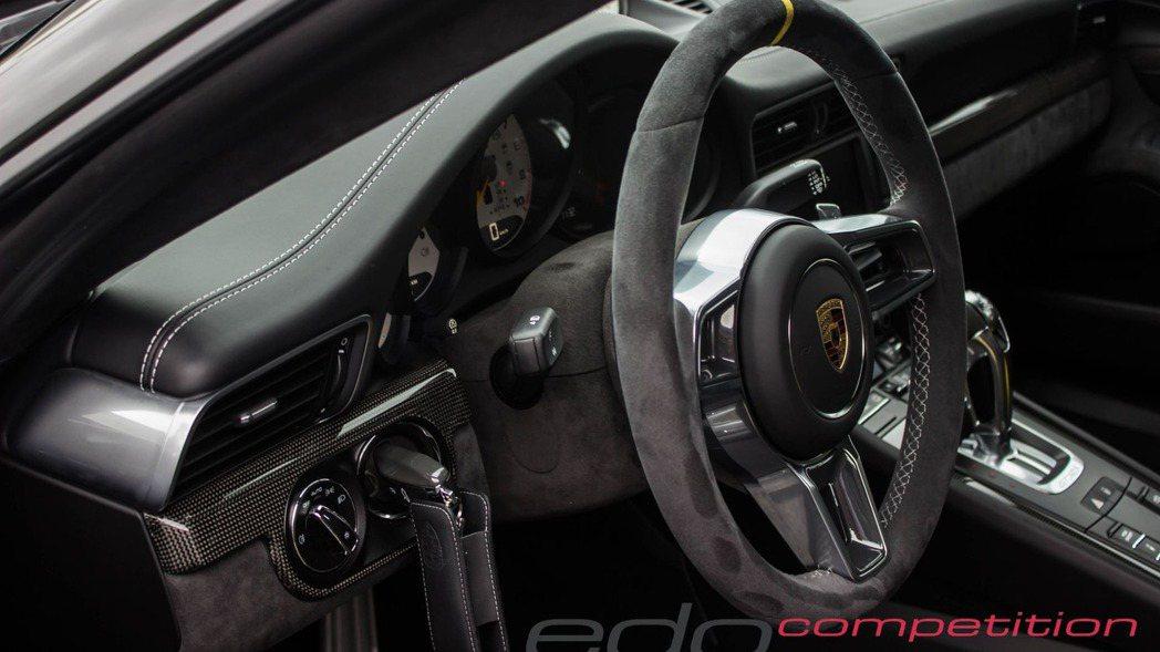 座艙大抵維持原樣,但Edo Competiton仍在中控台上以及跑車座椅加入碳纖...