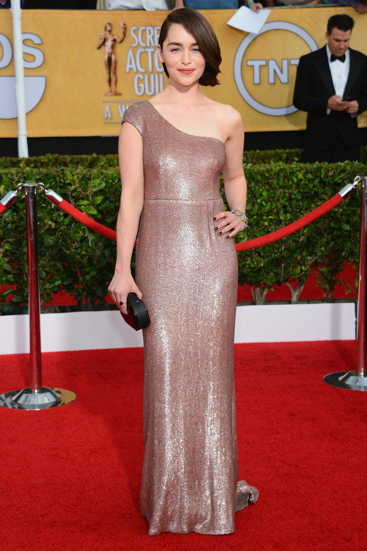 身型偏肉的艾蜜莉亞穿起貼身的復古洋裝、禮服更有女人味,展現迷人的優雅淑女氣質。圖...