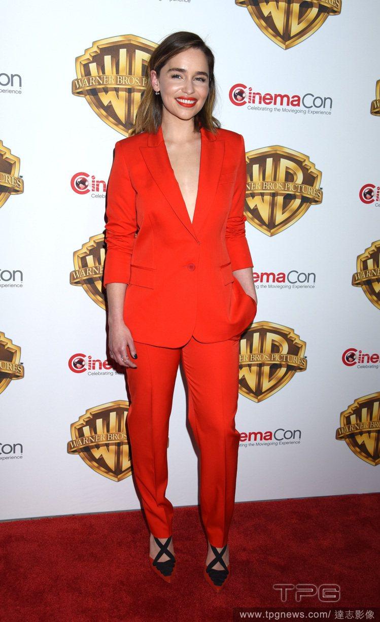紅色西裝褲裝在性感中增添帥氣。圖/達志影像