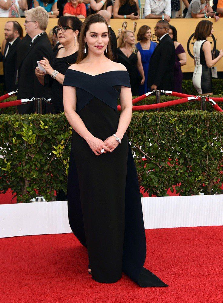 披風裝飾 Donna Karan 深藍色禮服。圖/擷取自hollywoodrep...