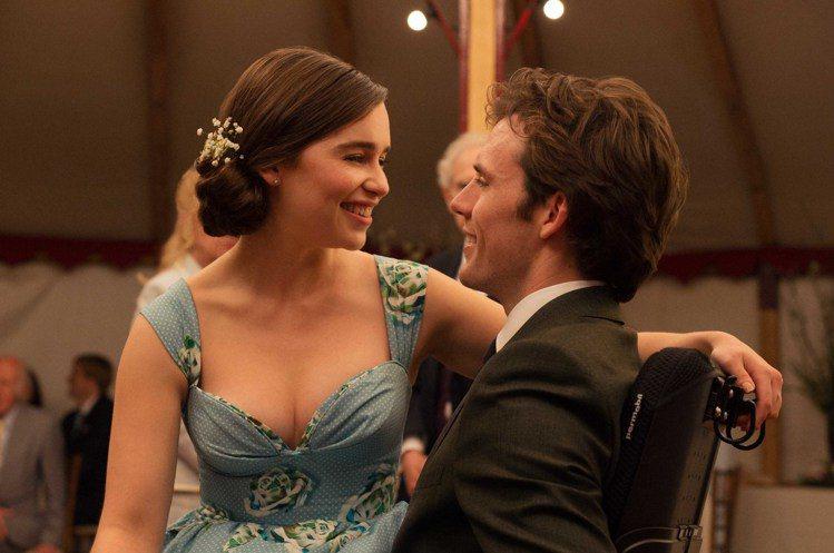 艾米莉亞克拉克(左)與山姆克萊弗林(右)在「我就要你好好的」談情說愛。圖/華納兄...