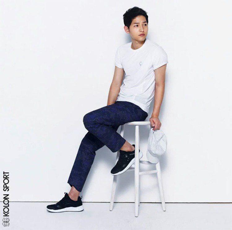日前來台會粉絲的韓國歐巴宋仲基,在代言的廣告中也以一身白T現身,搭配八分長褲,展...