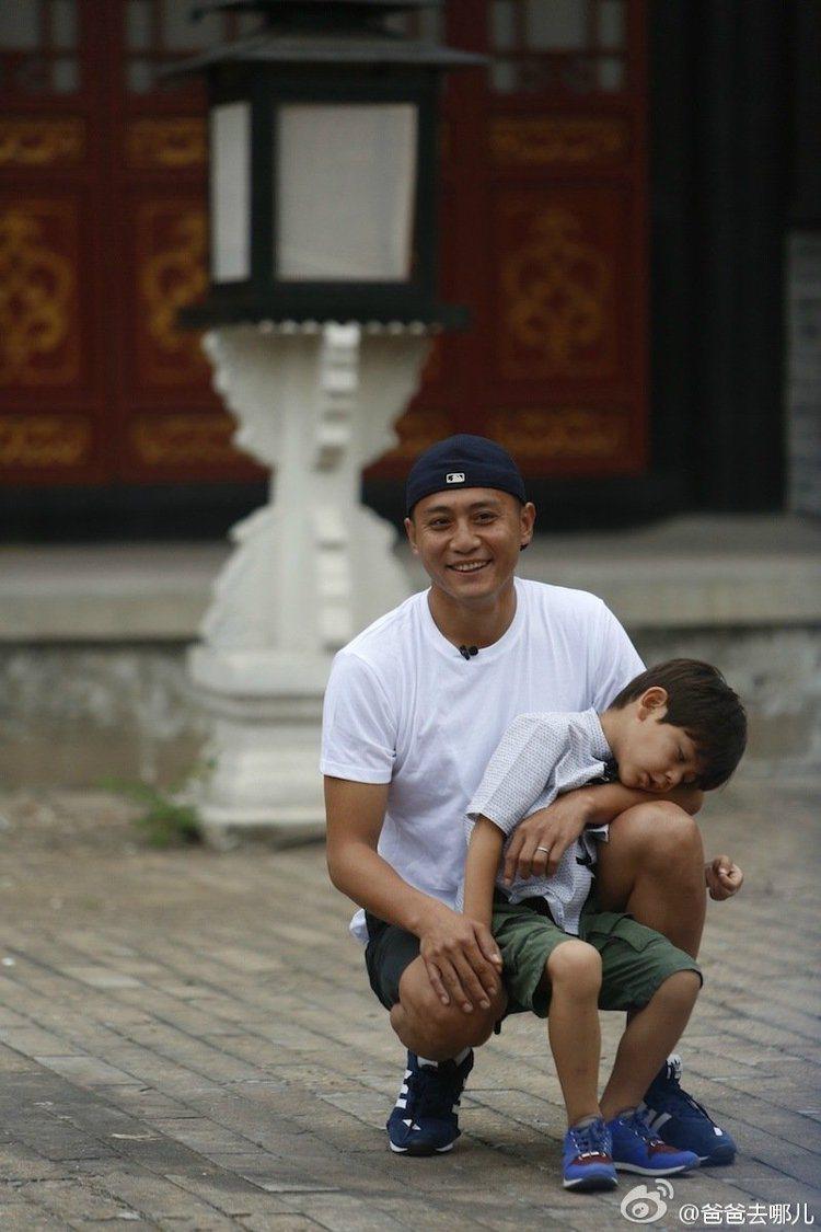 劉燁在《爸爸去哪兒3》節目中被許多忠實觀眾發現,幾乎在每一期的節目中他都穿白T,...