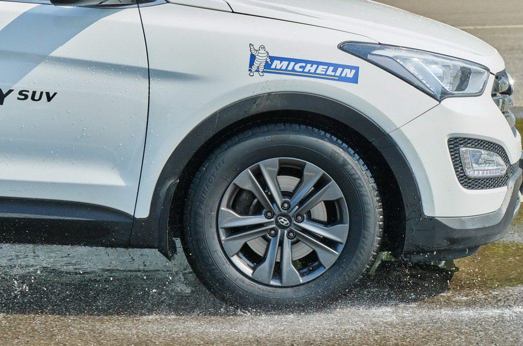 雨中行車面對溼滑路面時切莫慌張,切記先放慢車速並握緊方向盤,讓輪胎...