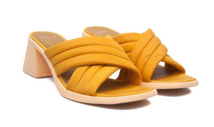 KAROLINA梯形跟拖鞋黃色款,售價6,680元。圖/CAMPER提供