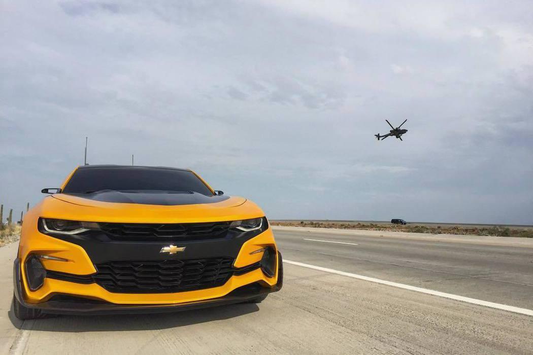 全新一代黑/黃塗裝的Chevrolet Camaro大黃蜂,也將參與演出。 摘自...