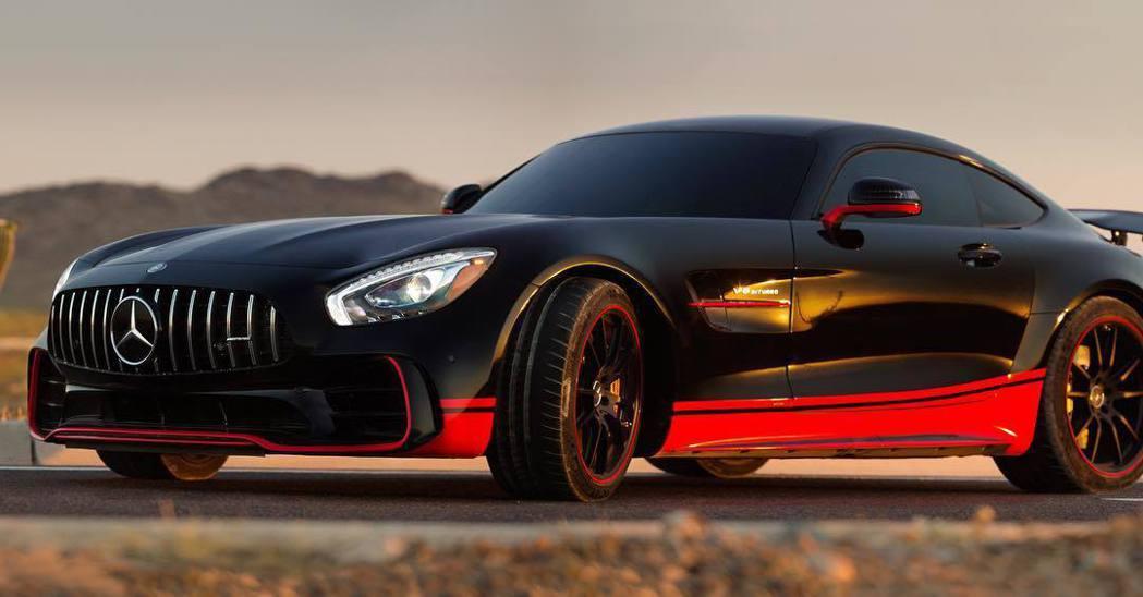 M.Benz AMG GT R在劇中改穿暗黑色外衣配上橘紅色塗裝,營造強烈性能味...