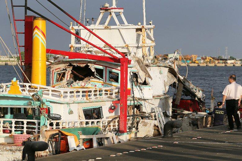 遭雄三型飛彈誤擊的漁船。 攝影/記者劉學聖