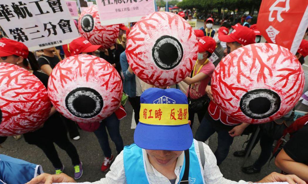 每年五一勞動節,勞工組織會發起五一遊行訴求改善勞動條件,圖為勞工團體製作紅眼球,...