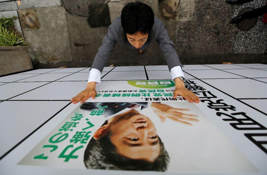 日本將於7月10日進行參議員選舉,自民黨黨部貼上總理安倍晉三海報。  圖/路...