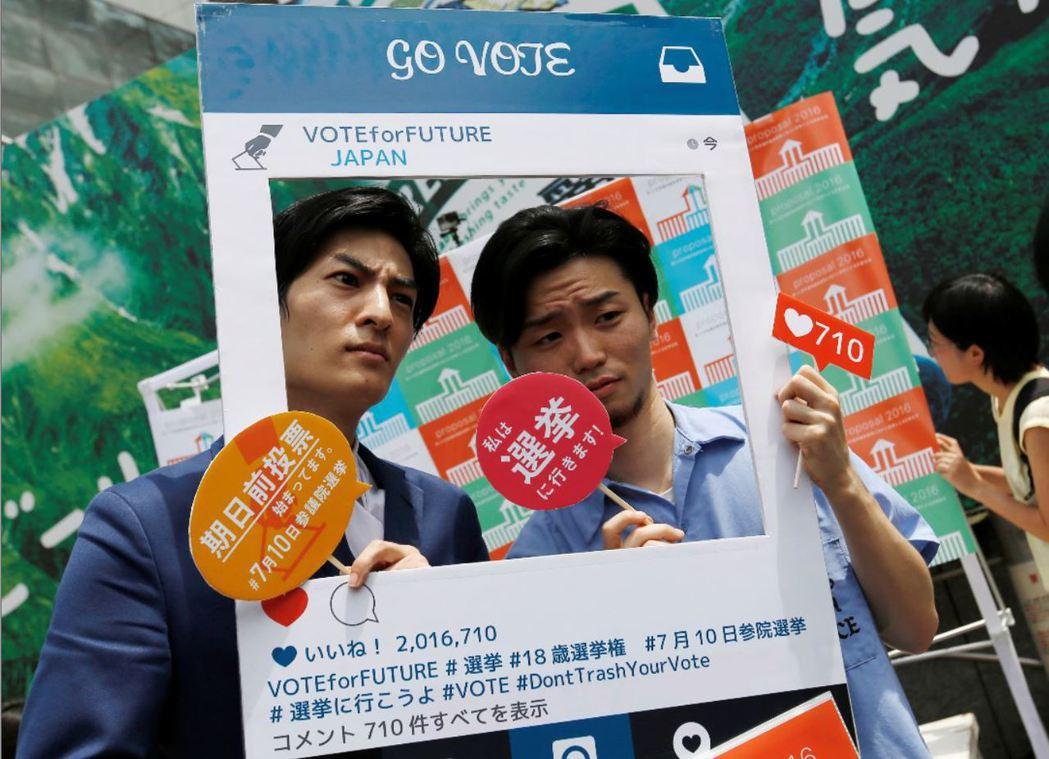 SEALDs成員奧田愛基(右)跑遍全日本跨黨派串連候選人為選舉助選。  圖/路透...