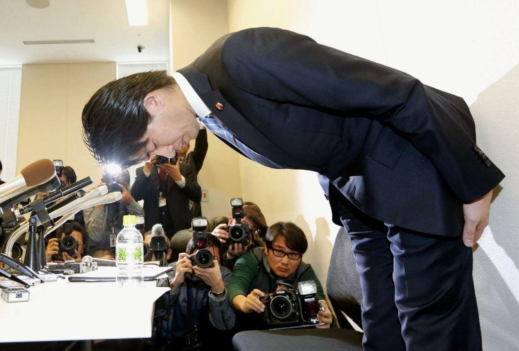 京都三區自民黨議員宮崎謙介在因為外遇醜聞辭職道歉。 圖/美聯社。