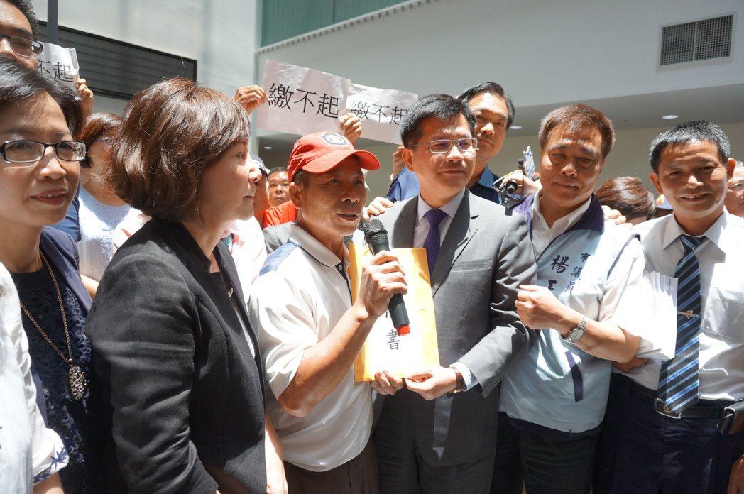 台中市民眾抗議公告地價調漲,台中市長林佳龍中午接受陳情說,「地價評議委員會可能有...
