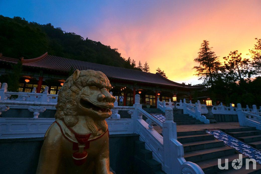 中橫梨山遊客曾經熙來攘往,如今人煙稀少,往日的榮景如美麗的夕陽般稍縱即逝。記者王...