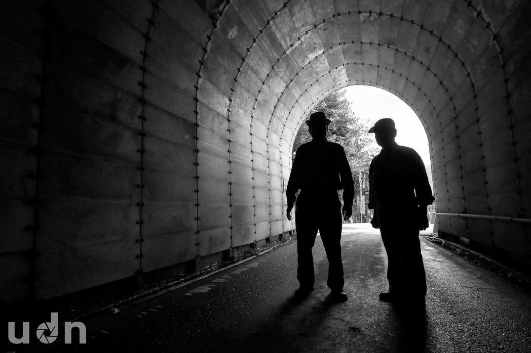 中橫興建滿一甲子,當時參與其中的築路人趙世治(左)、蘇鶴壽重回合歡山隧道,他們代...