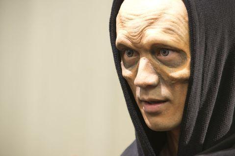 林佑威演出中天「來自未來的史密特」,特殊化妝初體驗,戲中一幕他為配合合作演員李毓芬天馬行空的幻想戲,搖身一變成為外星人,為了這場短短幾個鏡頭戲,林佑威整整坐了3個半小時,讓化妝師在臉上黏假皮,並運用...