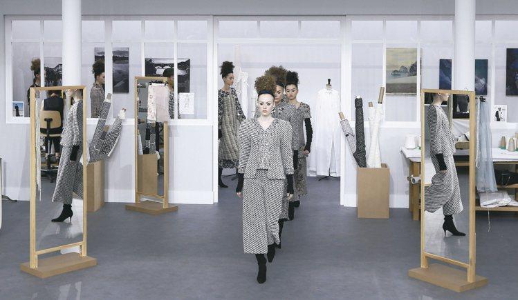 香奈兒2016年秋冬高級訂製服系列在宛如工作室的場景登場。 歐新社