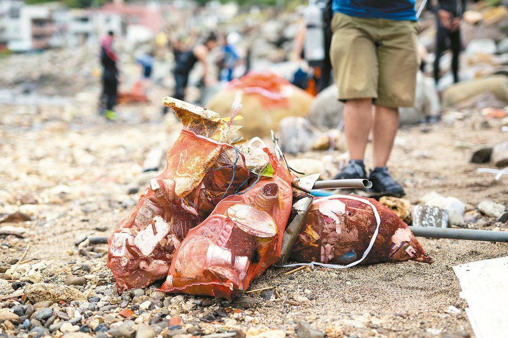 龍洞淨灘清出一堆塑膠垃圾,這些都可能進入人類的食物鏈中。 綠色和平/提供