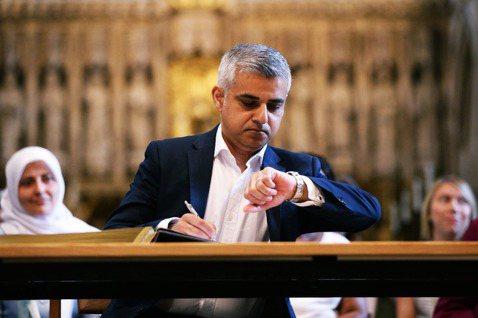 2016年當選倫敦市長的沙定康(Sadiq Khan,又譯薩迪克.汗),因為自己...