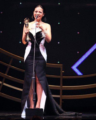 《年度最佳歌曲獎》得獎人舒米恩人在英國參加音樂節,由阿洛‧卡力亭‧巴奇辣上台代領 攝影/記者林伯東