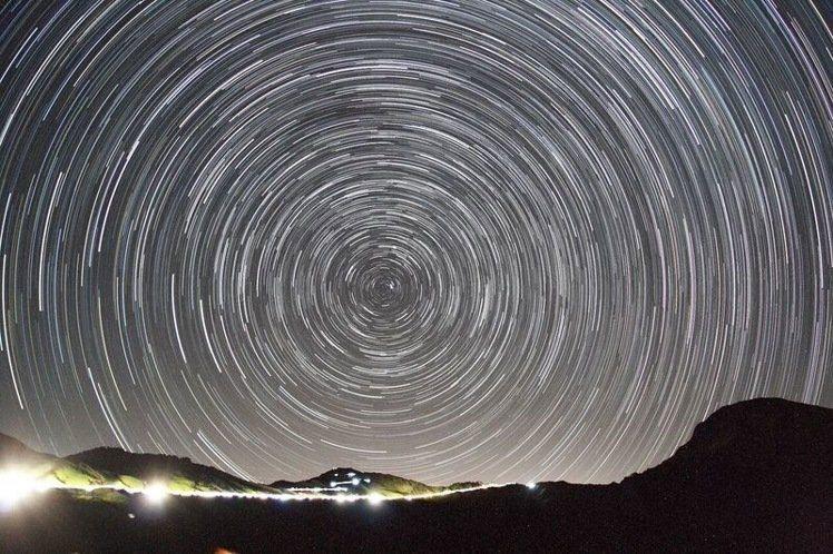 合歡山被譽為東亞地區最高海拔的觀星地點,因無光害,常有天文愛好者前往觀星、拍星軌...