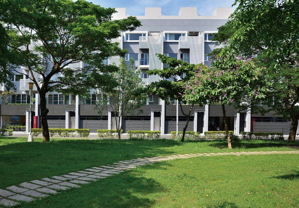 「新灣豪景」在前鎮區興仁公園第一排。 圖/家源開發建設提供