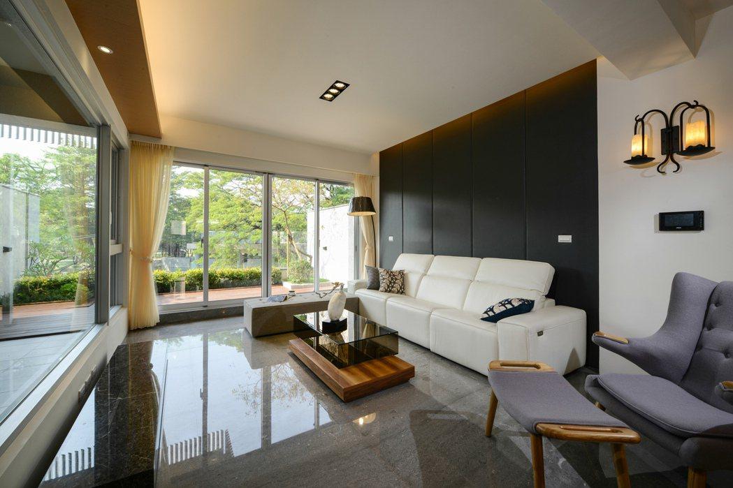 客廳有整面落地窗。 圖/家源開發建設提供