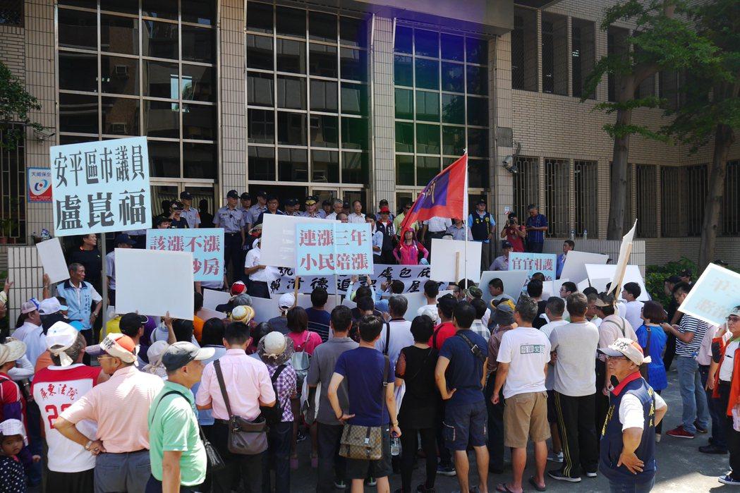 台南市國民黨籍及無黨籍議員今天下午率百位民眾前往台南市審計處舉牌抗議,反對審計處...