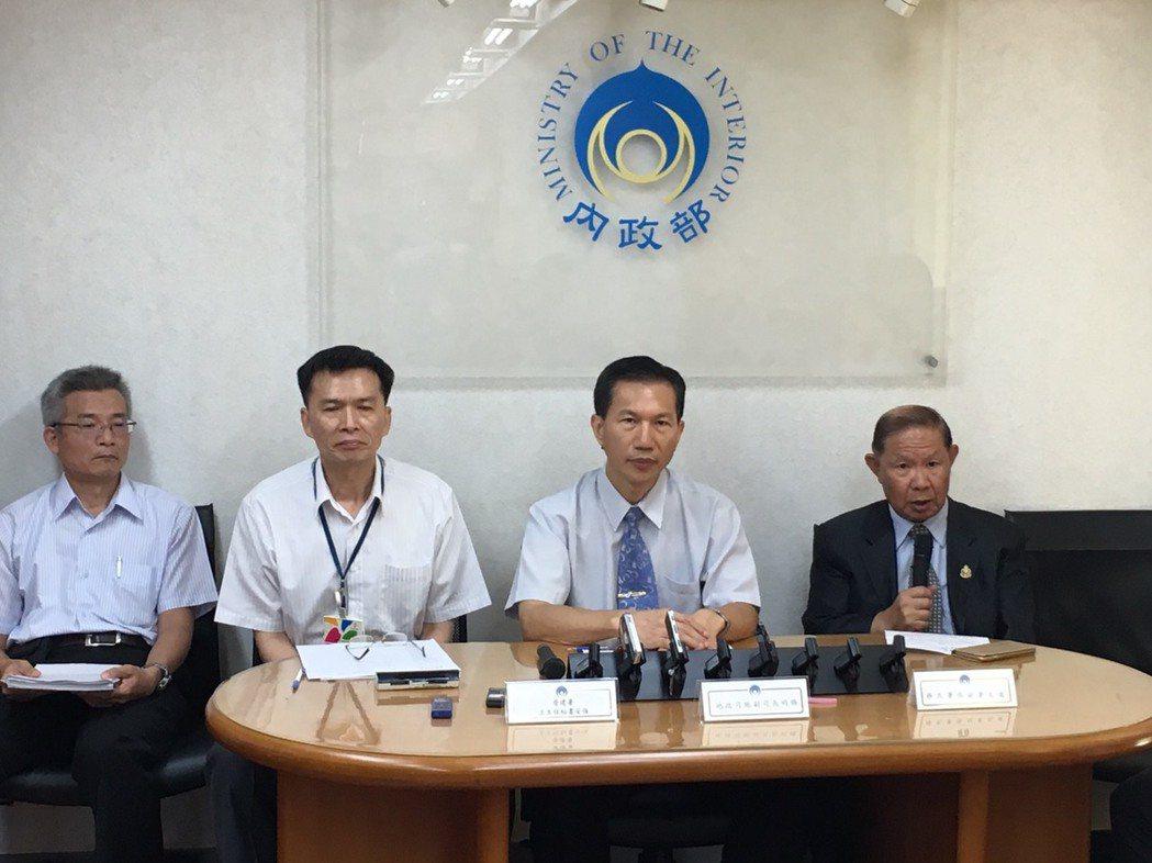 營建署主秘王安強(左2)上午在記者會上提出建物耐震初評申請結果。記者李順德/攝影