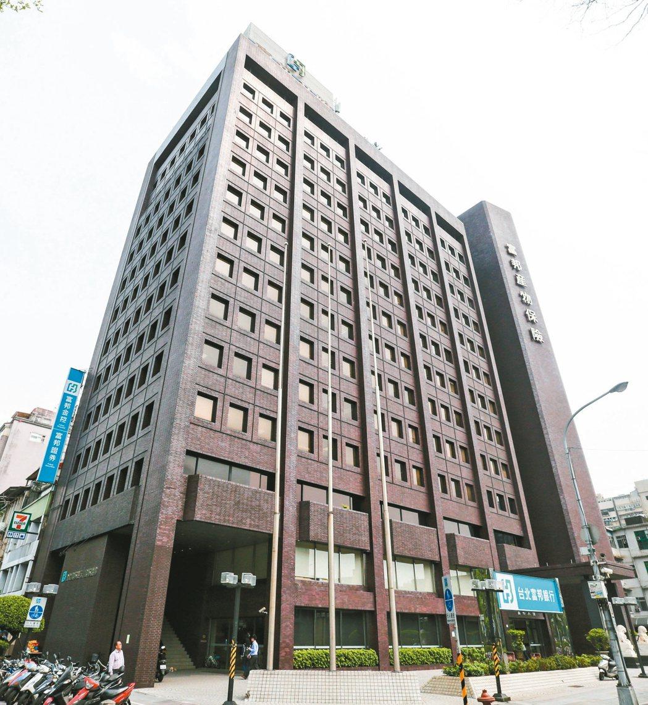 擁有30年歷史、位於台北市仁愛路與建國南路交叉口黃金地段的富邦產險大樓,將進行都...