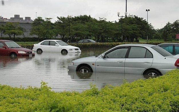愛車如果在颱風天遇到泡水情況,依浸水程度而有不同處理方式。 聯合報資料照