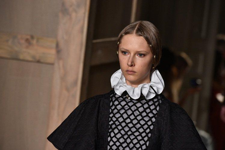 Valentino 巧妙融入伊利莎白時代的服裝元素,最引人注目的莫過於散發濃濃宮...