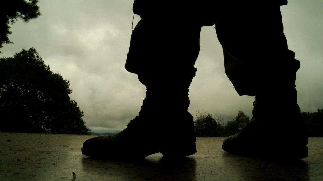 段希文將軍墓園守墓人的軍靴剪影。 《邊城啓示錄》劇照/李立劭導演提供
