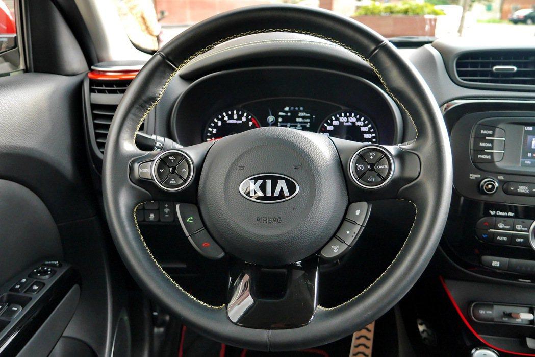 可調式動力多功能真皮包覆方向盤可操作包括駕駛模式、音響控制、旅行電腦及定速巡航。...