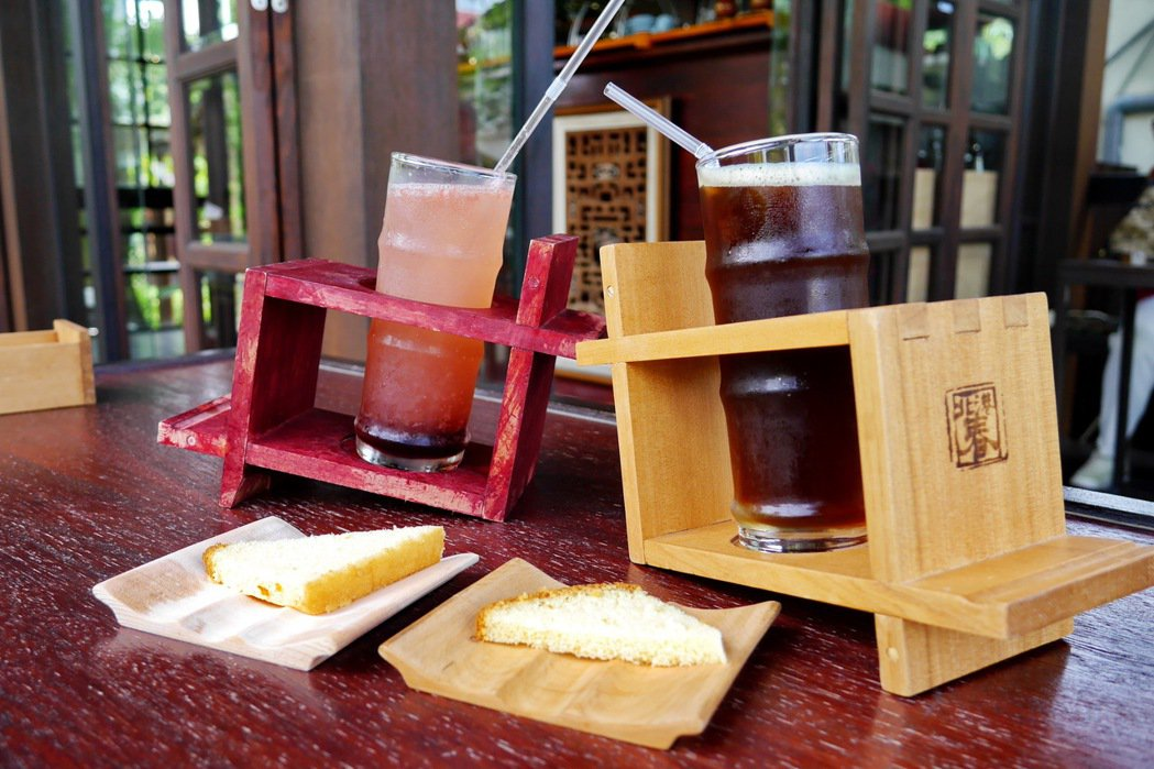 北港春生活博物館內的咖啡廳,不論是杯座或是點心盤也都使用自家木工產品。 記者陳威任/攝影