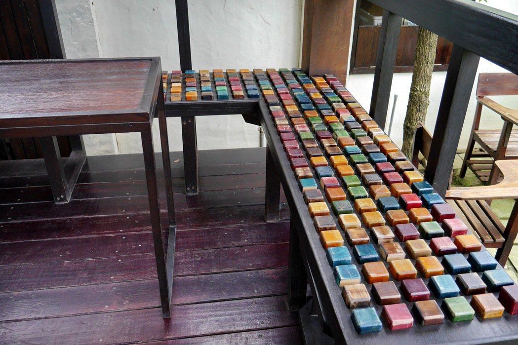 木工廠生產積木製成的座椅,有趣又有特色。 記者陳威任/攝影