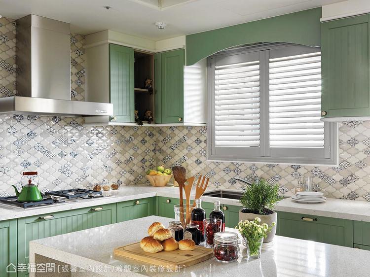▲淡雅綠色及藍色花磚,呈現出令人眼前一亮的清新廚房風格。