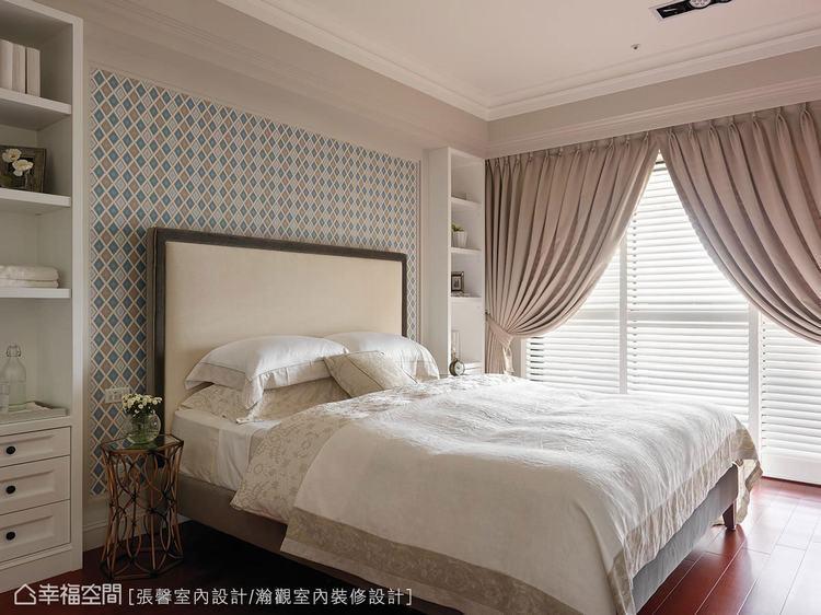 ▲飽和偏暖色的木地板,搭上藍綠色壁紙,呈現恰到好處的舒適感。