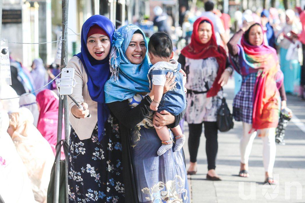 穆斯林拿出自拍神器,記錄與親友團聚的一刻。記者鄭清元/攝影