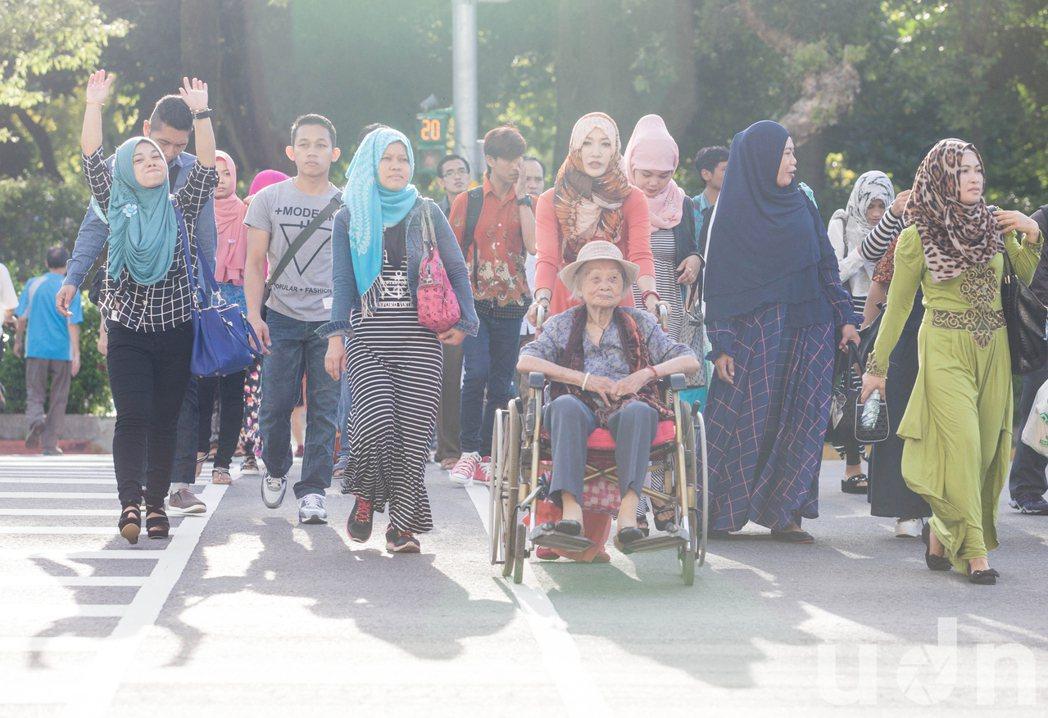 許多穆斯林一大早就前往台北清真寺,準備與親友團聚禮拜。記者鄭清元/攝影