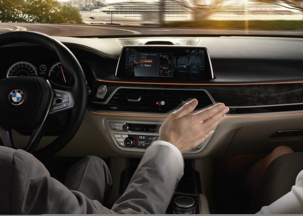 BMW 7 Series上的iDrive系統具備Gesture Control功...