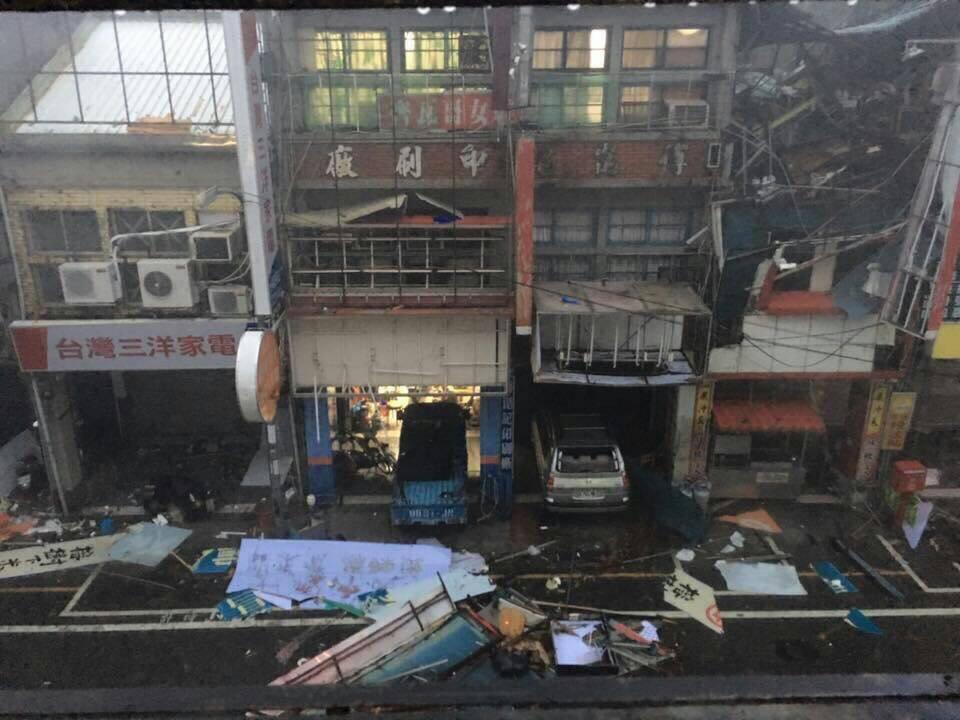 尼伯特颱風把台東市區商家招牌,民眾住家鐵皮屋頂掀飛撕爛,散落街頭。圖/讀者提供