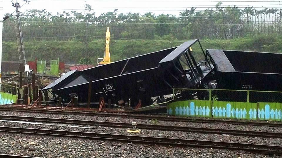 台鐵台東站受尼伯特颱風強風肆虐,有三輛貨車翻覆。圖/取自fun台鐵臉書